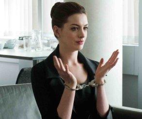 Энн Хэтэуэй управляет Годзиллой в трейлере «Моя девушка – монстр»