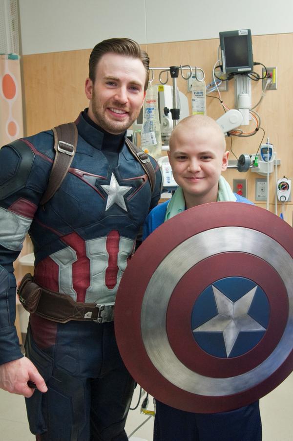 Крис Эванс и Крис Прэтт навестили больных детей в госпитале Сиэтла . - Изображение 7