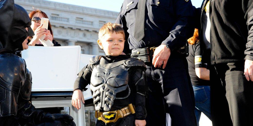 Все Бэтманы и Обама поддерживают Майлза в трейлере «Бэткид: Начало» - Изображение 1