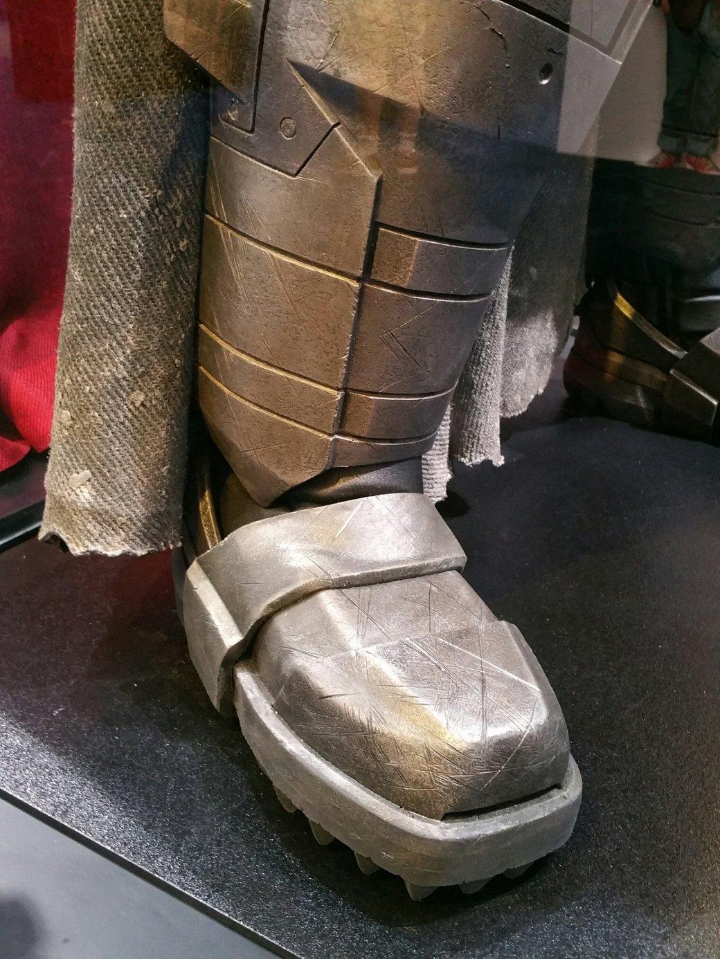 Костюмы, гаджеты и фигурки Бэтмена на Comic-Con 2015 - Изображение 23