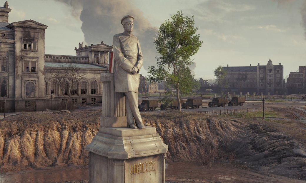 Памятник Мольтке перед оперой— точная копия реально существующего. Для его воссоздания использовалась технология фотограмметрии. Сегодня оннаходится вБерлине, был перенесен ближе кКолонне Победы, установленной впарке.