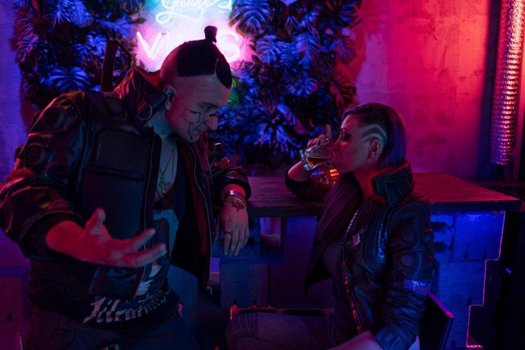 Ламповые посиделки в баре Найт-Сити. Оцените косплей Ви и Джеки из Cyberpunk 2077   Канобу - Изображение 2