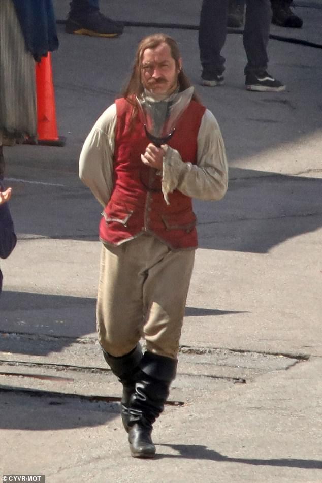 Появились первые фото Джуда Лоу вроли Капитана Крюка изфильма «Питер Пэн» отDisney | Канобу - Изображение 979