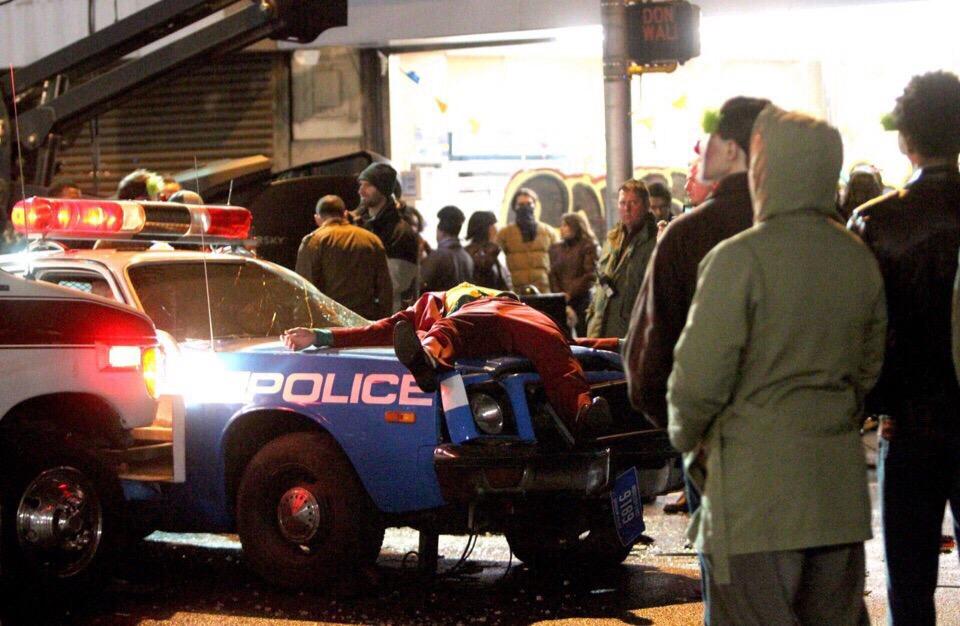 Полицейские сбили Хоакина Феникса на свежих кадрах со съемок «Джокера»   Канобу - Изображение 8569