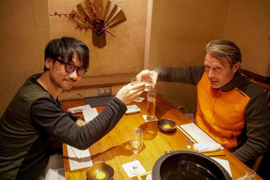 Как выдумаете, что тут делают Хидео Кодзима иМадс Миккельсен? Явно неDeath Stranding! | Канобу - Изображение 3