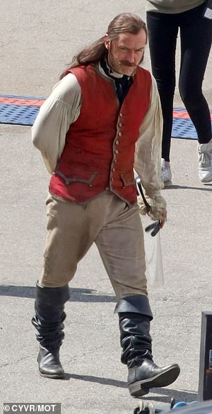 Появились первые фото Джуда Лоу вроли Капитана Крюка изфильма «Питер Пэн» отDisney | Канобу - Изображение 980